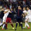 Nderpritet ndeshja Serbi-Shqiperi, tifozet serbe godasin lojtaret shqiptare