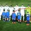 Fëmijët bëjnë shqiponjën me duar në ndeshjen Greqi-Serbi (video)