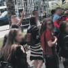 Gjimnazistët me flamur kuqezi në Budva, reagojnë qytetarët dhe policia!
