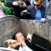 Ndodhi në Ukrainë, politikanët i gjuanin në kosh të plehrave (Video)