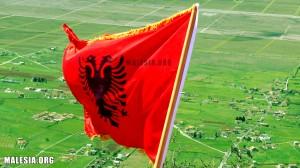 (Flamuri në maje të Deçiqit)