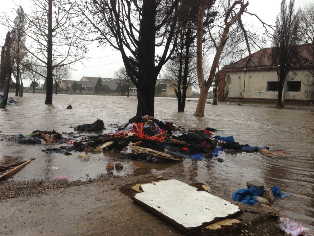 Kjo pamje është nga trualli pranë shkollës fillore dhe të mesme, i ashtuquajtur Tregu i Z,i i cili përpos mbeturinave të stërmbushura ditët e fundit nga reshjet e shiut po përballet me përmbytjet.