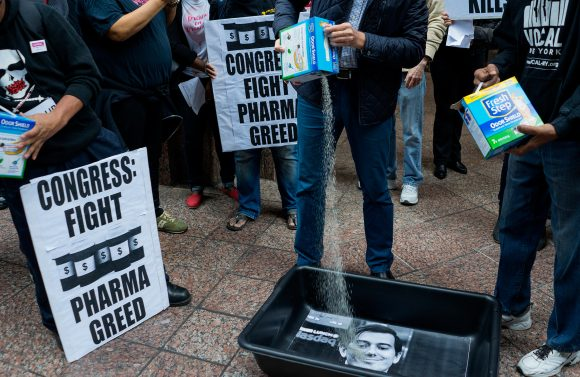 Aktivist të AIDS-it në një protestë para shtëpisë së Martin Shkrelit në NY