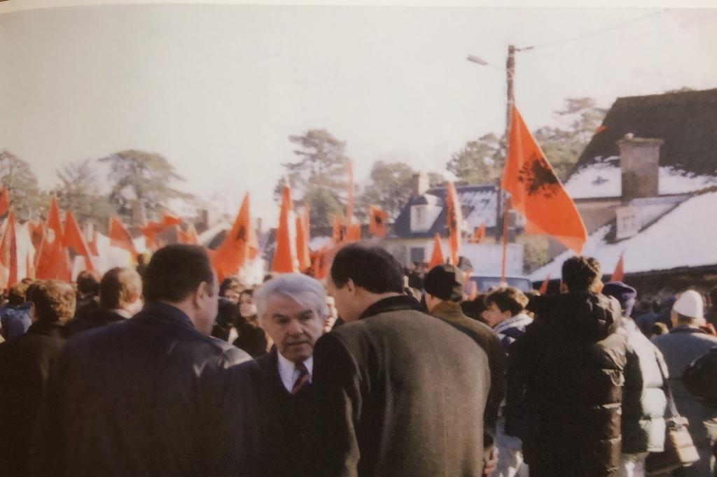 Lekë Gojçaj, në manifestimin e shqiptarëve në Rambuje, Francë, shkurt 1999.